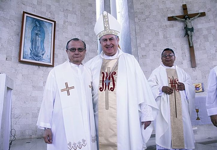 El Arzobispo de Yucatán, monseñor Carlos Berlie Belaunzarán (segundo de la izquierda) notificó los cambios. (Juan Albornoz/SIPSE)