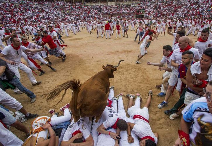 Toros de la ganadería de José Escolar Gil, del Valle del Tiétar Ávila, protagonizaron el encierro que registró momentos de peligro y duró dos minutos 44 segundos. (AP)