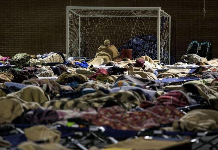 Algunos de los evacuados pasaron la noche en un centro deportivo (Massimo Percossi/ANSA vía AP)
