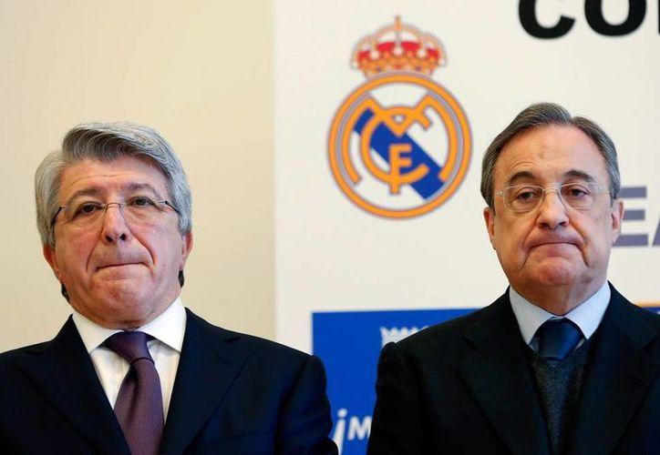 Atlético de Madrid y Real Madrid recibieron sanción de FIFA por infringir las reglas de contratación de futbolistas menores de edad. En la imagen, de archivo, los presidentes de cada club: Enrique Cerezo (Atleti) y Florentino Pérez. (EFE)