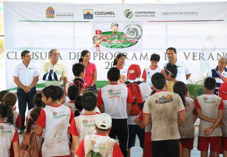 Las autoridades agradecieron el apoyo de los monitores de grupo y entrenadores deportivos. (Cortesía/SIPSE)