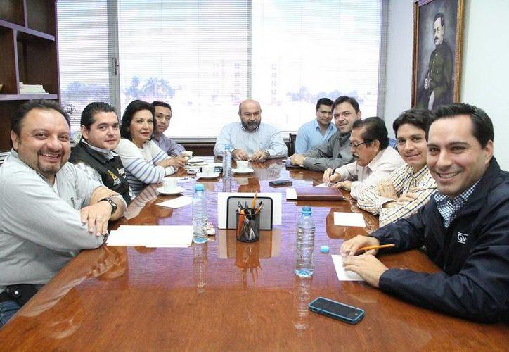 El secretario de Administración y Finanzas del Estado, Roberto Rodríguez Asaf, en reunión con diputados locales en la sede del Congreso yucateco. (SIPSE)
