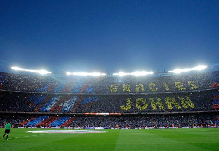 A pesar de que el Barcelona no pudo homenajear con una victoria al ídolo blaugrana Johan Cruyff, la afición recordó en todo momento al holandés coreando su nombre y agradeciendo su futbol. (Imágenes de AP)