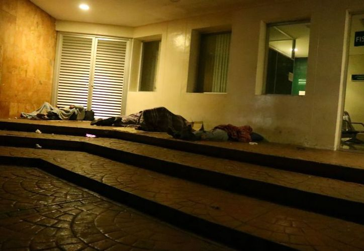 La gente duerme incluso en las aceras a la espera de noticias de su familiar. (Jorge Acosta/Milenio Novedades)