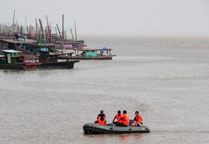 Un equipo de rescate indonesio busca los cuerpos de algunas de las víctimas mortales de un naufragio en Panai Hilir, al norte de Sumatra, Indonesia. (EFE/Archivo)