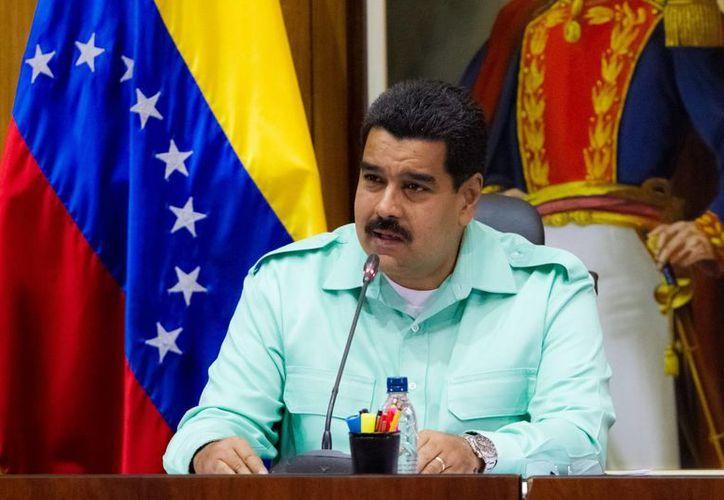 Maduro indicó que se ha iniciado un proceso de regularización de mercados en Venezuela.(EFE)