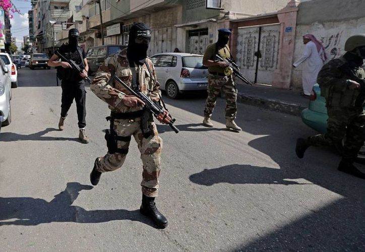 El Ejército de Egipto comenzó la destrucción de casas cerca de la Franja de Gaza, para establecer una zona de control. La imagen no corresponde al hecho; se trata de milicianos palestinos que arriban al lugar donde se dio una conferencia de prensa en apoyo a víctimas de una explosión en Egipto. (AP)