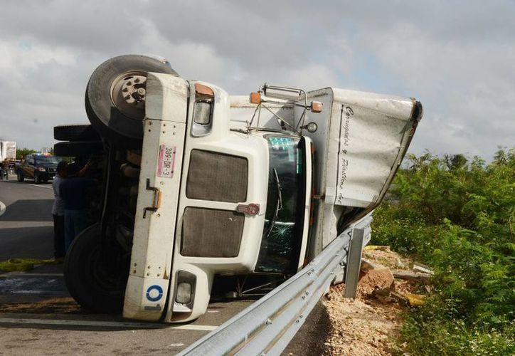 El día de hoy también un volquete se vio involucrado en un accidente en el kilómetro 4 de la carretera Mérida-Campeche, afortunadamente las pérdidas solo fueron materiales. (Cuauhtémoc Moreno/SIPSE. Foto de contexto.)