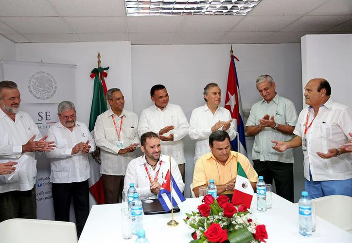 Firma del acuerdo para la construcción de un astillero y dos diques flotantes en Progreso. (Milenio Novedades)