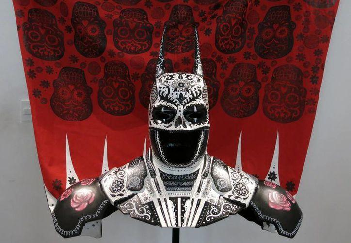 """Una pieza en honor a Batman titulada """"El calavera"""", creada por los artistas Sonia Romero Ortega y Julio Carrasco Vigueras, de Zoveck Estudio, es exhibida en el Museo Mexicano del Diseño en la Ciudad de México. (Foto: AP)"""