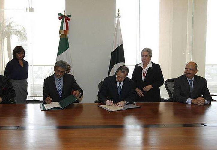 Imagen del canciller José Antonio Meade con el embajador de Pakistán en México, Aitzaz Ahmed, y el viceministro Burhanul Islam durante una visita de trabajo el pasado mes de marzo. (sre.gob.mx)