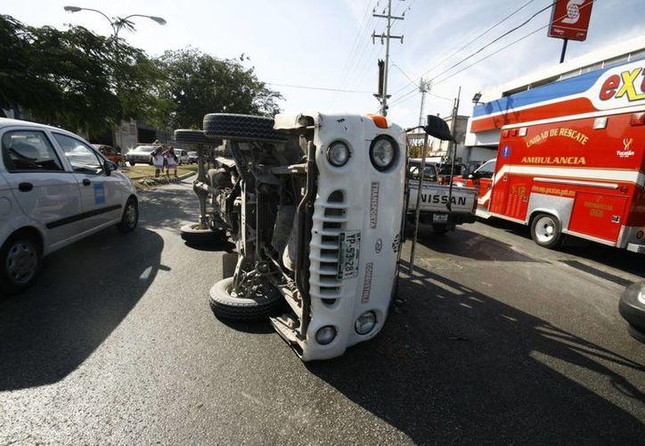 La camioneta propició el accidente por no respetar la luz roja que le marcaba el semáforo. (Jorge Sosa/SIPSE)