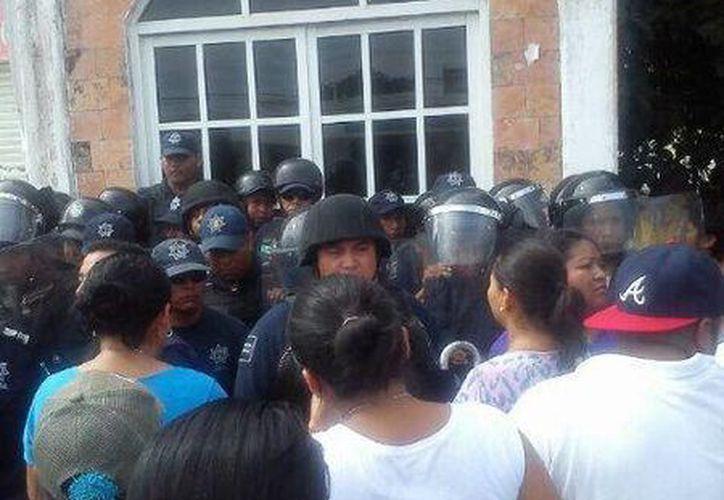 Elementos de la Policía Municipal resguardan la entrada de las oficinas de Servicios Educativos.(Twitter/@PJmauss)