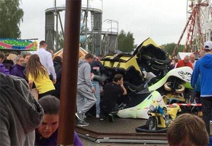 Uno de los vagones de la montaña rusa se salió del riel y se cayó desde una altura de 9 metros. Terminó sobre una atracción infantil. (Excelsior)