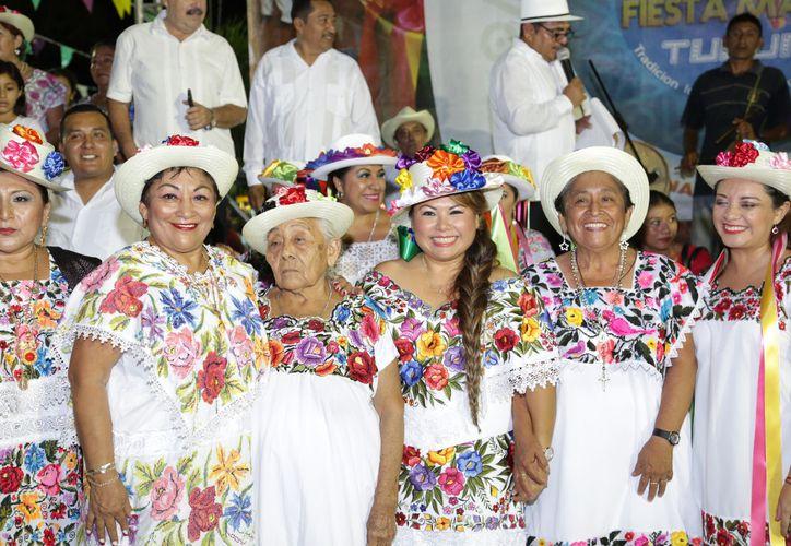 Durante el festejo que se realizó en octubre pasado, los participantes portaron vestimenta ancestral. (Redacción/SIPSE)