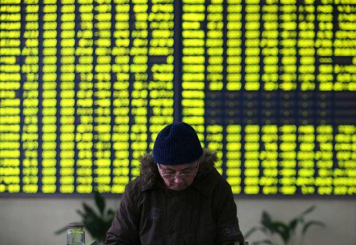 Los mercados financieros asiáticos amanecieron con el pie izquierdo: tan sólo en Shangai la bolsa de valores cayó 7 por ciento. La imagen es únicamente ilustrativa. (AP)