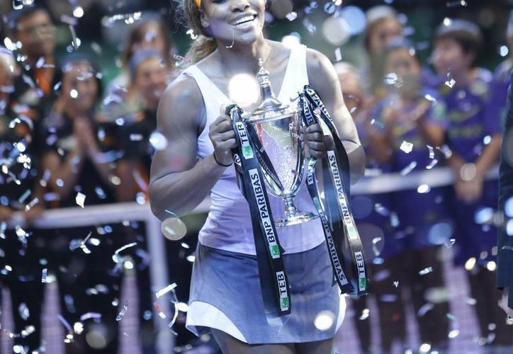 Serena Williams con el trofeo del Masters de tenis al derrotar en la final a la china Na Li en Estambul, Turquía.  (EFE/EPA)