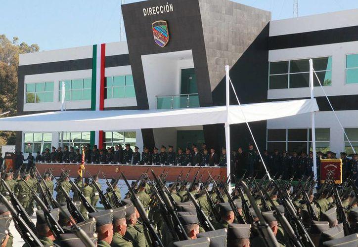 El secretario de la Defensa Nacional, Salvador Cienfuegos, y el gobernador de Puebla, Rafael Moreno Valle, encabezaron la Ceremonia de Graduación de 795 elementos de la Escuela Militar de Sargentos. (Notimex)