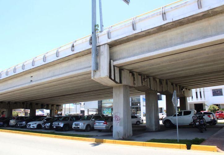 Mientras circulan los vehículos, la infraestructura central se mueve horizontalmente. (Redacción/SIPSE)
