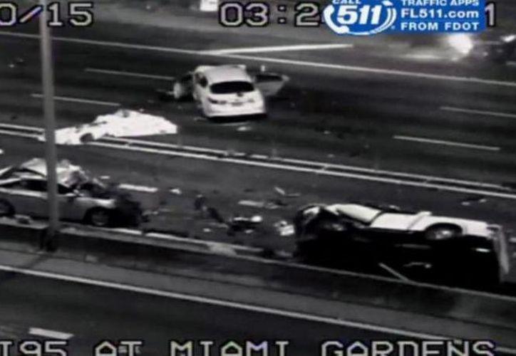 Imagen del accidente que ocurrió en la autopista Interestatal 95 cerca de Miami. (twitter/@elnuevoherald)
