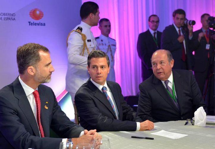 El presidente Enrique Peña Nieto y el rey Felipe VI de España (izq), durante la cena del Tercer Foro de la Comunicación, que se realizó este domingo. (Notimex)