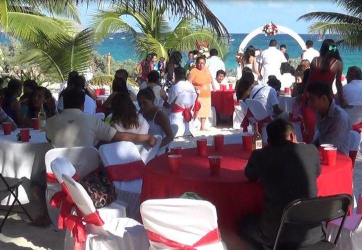 Este lunes 52 parejas se casaron dentro de los Matrimonios Colectivos del municipio de Tulum. (Rossy López/SIPSE)