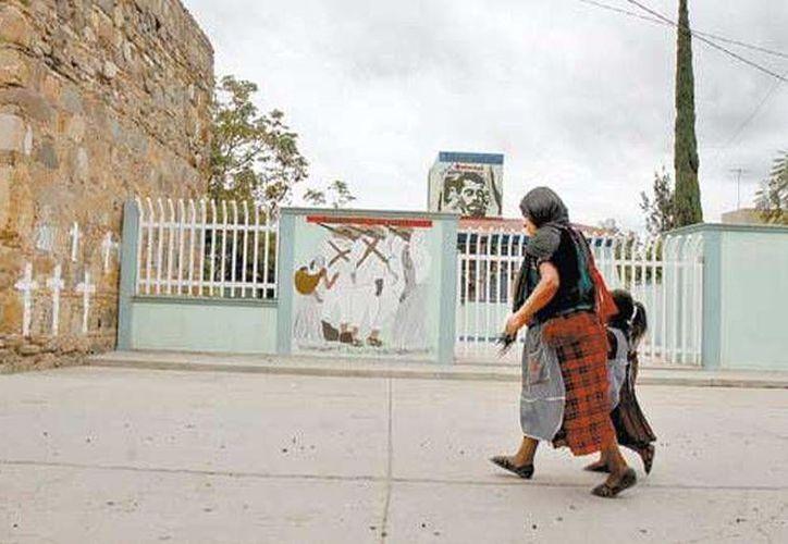 Cansados de las 'lecciones' de guerrilla, los padres de familia echaron a los de la CNTE de la telesecundaria. (Daniel Cruz/Milenio)