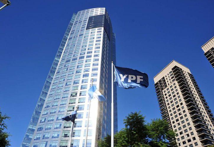 Ni el Gobierno argentino ni Repsol han reveladola compensación a la compañía española. En la imagen, el edificio de la petrolera YPF, en Buenos Aires, Argentina. (EFE/Archivo)