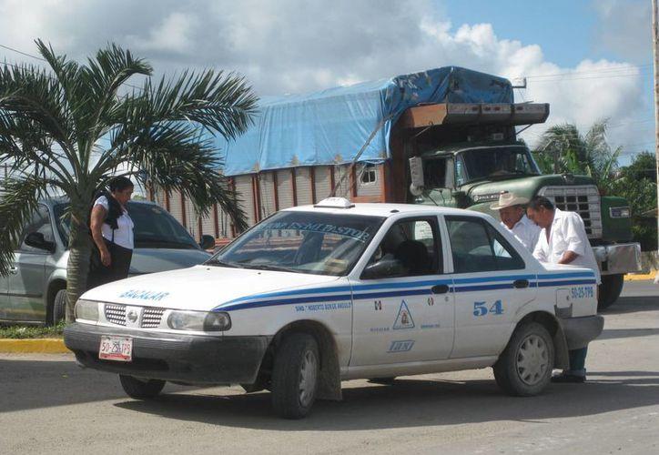 Taxistas de Bacalar se organizarán por whatsapp ante la falta de radios. (Javier Ortiz/SIPSE)