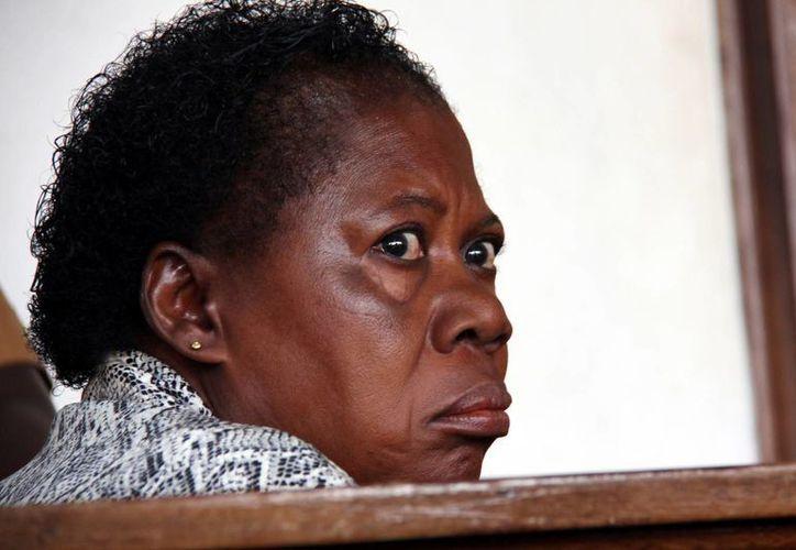 La enfermera es tratada con rudeza por leyes de la época colonial ugandesa y deja al descubierto los bajos estándares de los hospitales de Uganda. (AP)