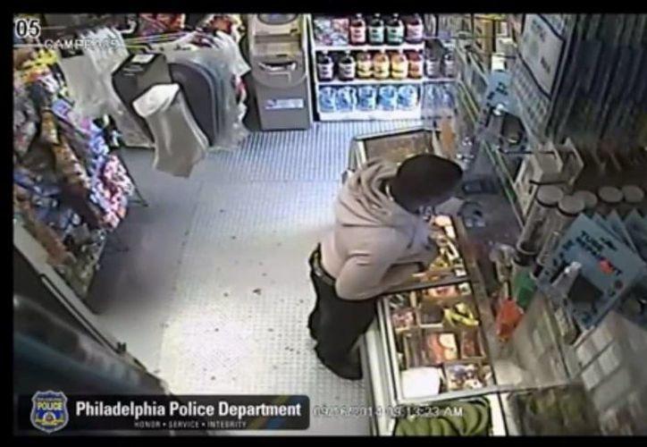 El sospechoso huyó con una cantidad de dinero que no fue determinada, además de cigarrillos. (Captura de pantalla/YouTube)