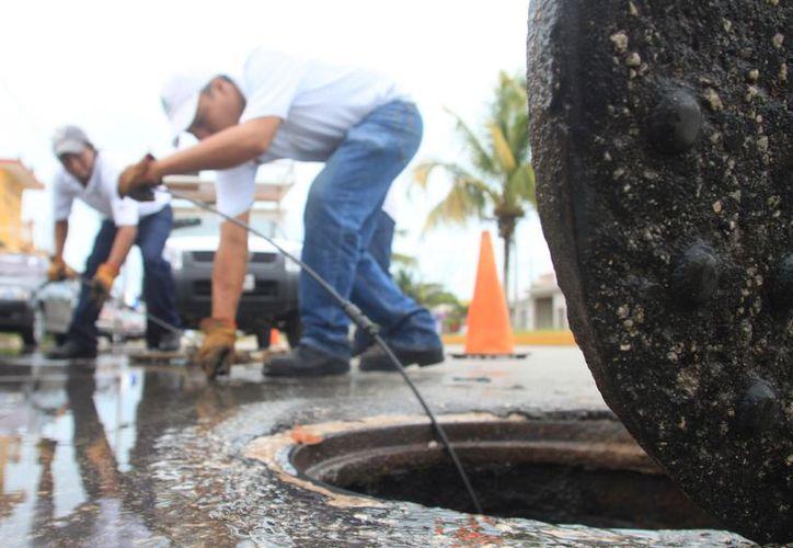 Durante los trabajos de desazolve han encontrado hasta llantas que fueron utilizadas para tener las tapas abiertas. (Foto: Ángel Castilla / SIPSE)
