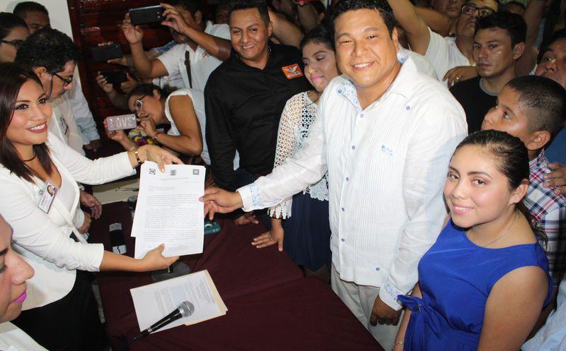En Chetumal, Fernando Zelaya Espinosa, de la coalición Por Quintana Roo, se registró ante el INE. (Foto: Benjamín Pat/SIPSE)