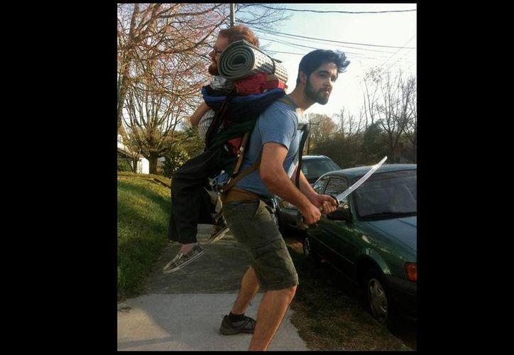 Sus tres amigos llevarán a Kevan en una mochila hecha a su medida por Europa. (Foto: ABC)