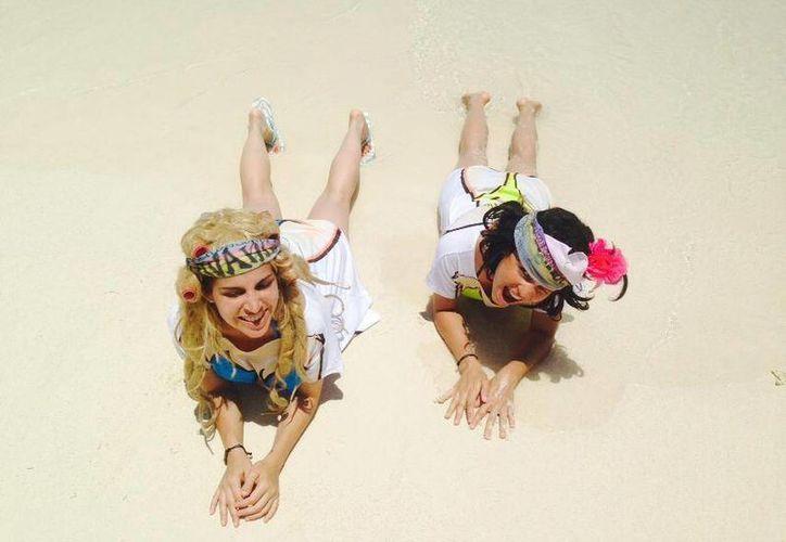 La comadre güera y la morena, disfrutan de las playas de Cancún. (Foto/@LavanderasReal)