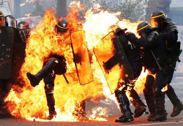 Al menos dos policías antidisturbios han resultado heridos en los choques. (AFP).