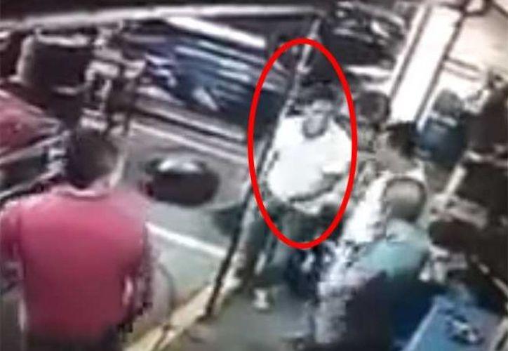 El presunto asaltante no esperaba reacción de sus victimas. (Excélsior)