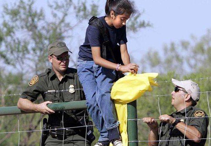Una niña es capturada por la Patrulla Fronteriza en EU. Cifras oficiales informan que 66 mil niños sin compañía fueron capturados desde octubre. (Archivo/AP)
