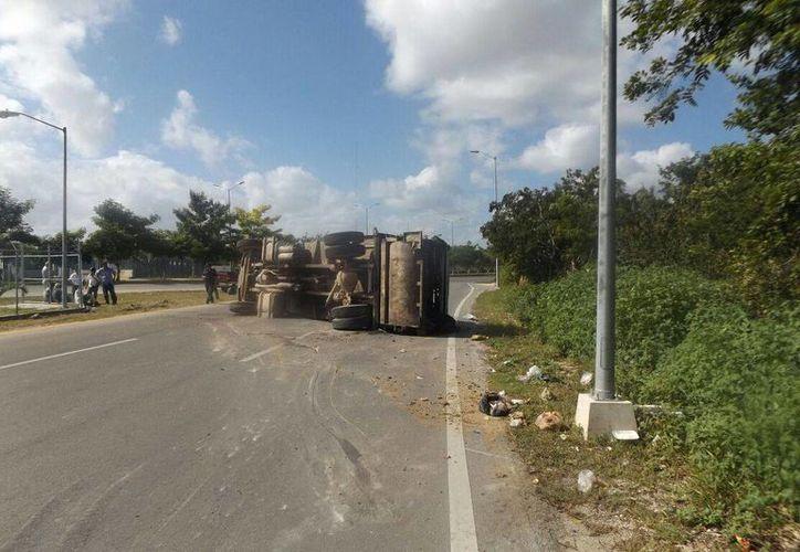 Los trabajadores que viajaban en la unidad resultaron ilesos, gracias a que tenían puesto el cinturón de seguridad. (Redacción/SIPSE)