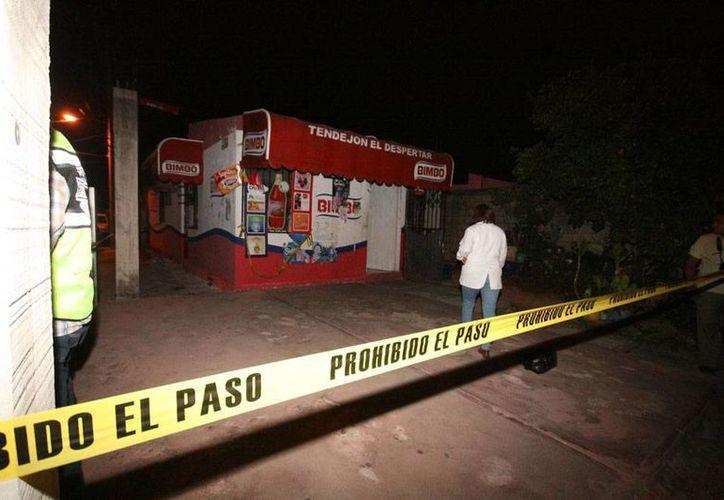 La noche del miércoles, cerca de las 19:30 horas (7 de la noche) desconocidos asaltaron una tienda en el fraccionamiento Jacinto Canek, en Mérida. Una anciana que atendía el negocio fue encontrada muerta. (Martín González/SIPSE)
