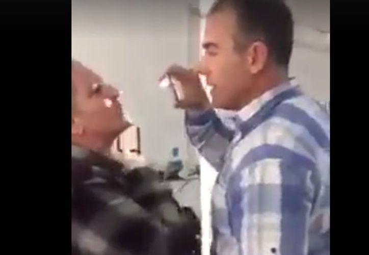 En el video se ve a G. Cortés interrogar y grabar a la mujer. (Facebook)
