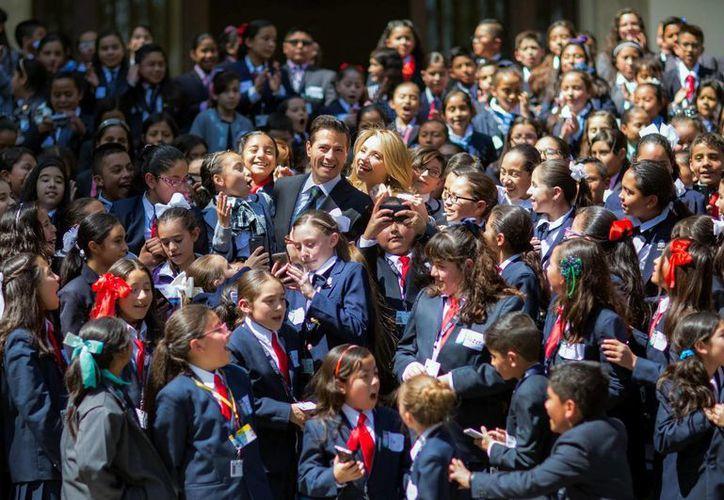 Peña Nieto y Angélica Rivera agradecieron la visita de los pequeños miembros de la décima edicion del Parlamento de las Niñas y los Niños de México. (Notimex)
