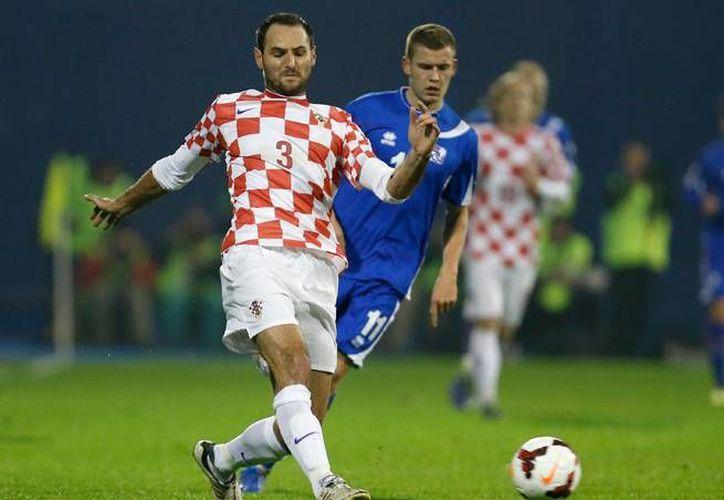 Por emitir un saludo nazi hacia el público tras la victoria ante Islandia que clasificó a Croacia al Mundial de Brasil, Josip Simunic fue suspendido 10 partidos por FIFA. (sportsillustrated.cnn.com)