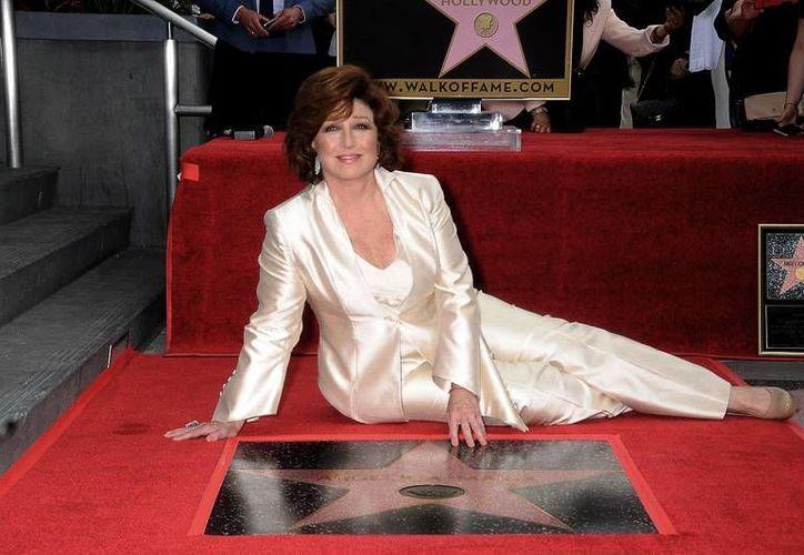 Angélica María develó este miércoles su estrella en el Paseo de la Fama de Hollywood. (AP)