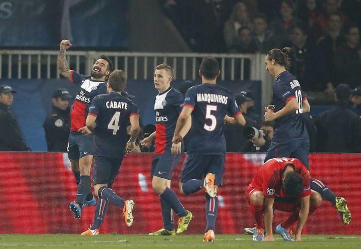 Lavezzi (d) celebra con sus compañeros el gol que sentenció la eliminatoria. (Agencias)