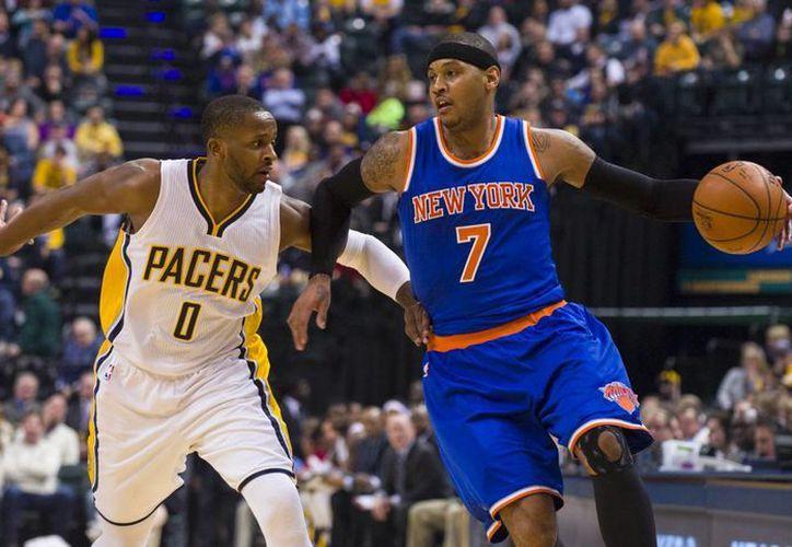 Carmelo Anthony (7), de Knicks, avanza al lado de C.J. Miles (0), de Pacers de Indiana. (Foto: AP)
