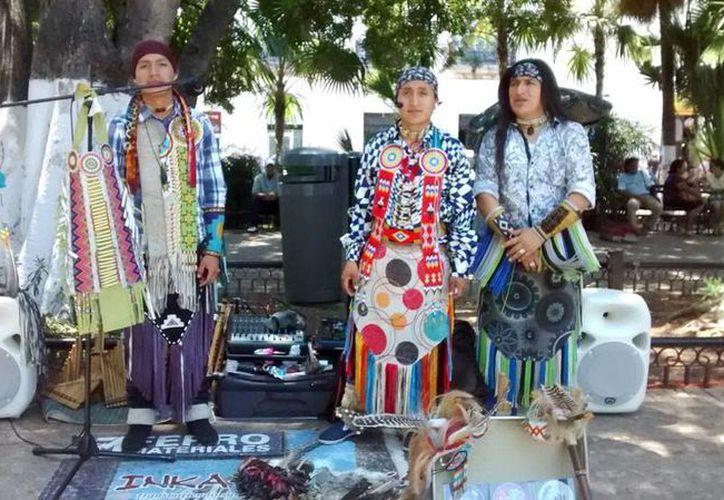 La Plaza Grande de Mérida se ha convertido en 'foro' de grupos de otros países que vienen a 'mostrar' su cultura. La imagen es de un grupo ecuatoriano. (Milenio Novedades)