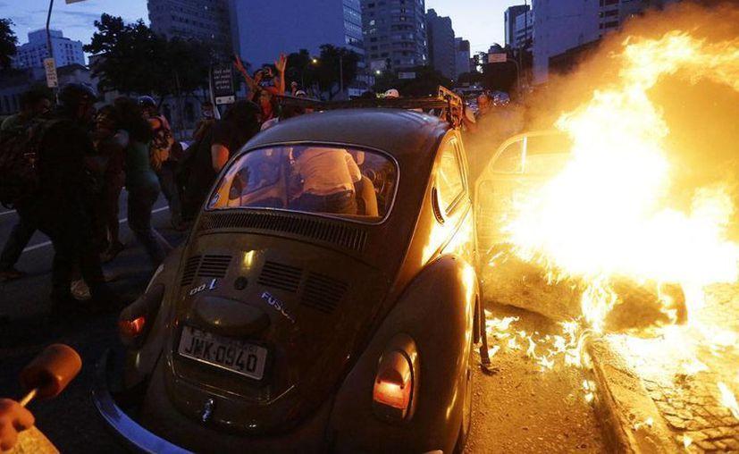 En las protestas en Sao Paulo, Brasil, contra la realización de la Copa de Mundo, un grupo de manifestantes incendió un automóvil. (Agencias)