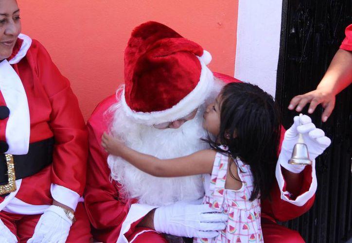 """Noemí agradece a Santa haber venido de tan lejos """"para alegrarle la vida"""". (José Acosta/SIPSE)"""