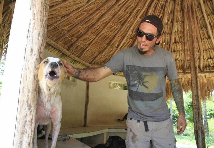 Ricardo Pimentel  ha salvado a miles de perros. (Sergio Orozco/SIPSE)